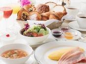 【ラグジュアリーフロア限定特典】追加料金不要のルームサービス朝食(朝食券をお持ちのお客様は、通常756円の差額なしでインルームダイニング(ルームサービス)朝食をご利用いただけます)