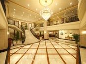 正面の大階段ではロビーウエディングも行われます。