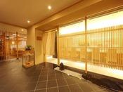 2階【日本料理 嵯峨野】《営業時間》7:00~10:00/11:30~14:30/17:00~21:00落ち着いた雰囲気の中で、京の雅を散りばめた懐石料理をお楽しみください。
