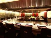 2階【鉄板焼 豊園】《営業時間》11:30~14:30/17:00~21:00大理石を施したカウンターで、さまざまな食材を豪快に焼いて楽しむ鉄板焼。国産牛をメインに、京都の地野菜やアワビ・伊勢海老などの魚介類を、フランス産天然塩でお召し上がりいただけます。
