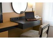 お部屋のデスクではお仕事等の作業が可能なスペースを確保。デスク周りには有線LANポート・コンセント2か所もご用意