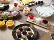 朝食ブッフェ ~デザートイメージ~ 「函館牛乳」のヨーグルトにはお好みでフルーツをトッピングして。