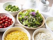 朝食ブッフェ ~新鮮野菜のサラダ~ ドレッシング数種類の他に、オリーブオイルとお塩もご用意!