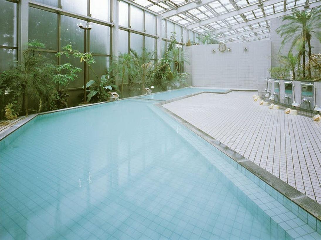 ≪大浴場≫やわらかい光が降り注ぐガラス張りの大浴場です。