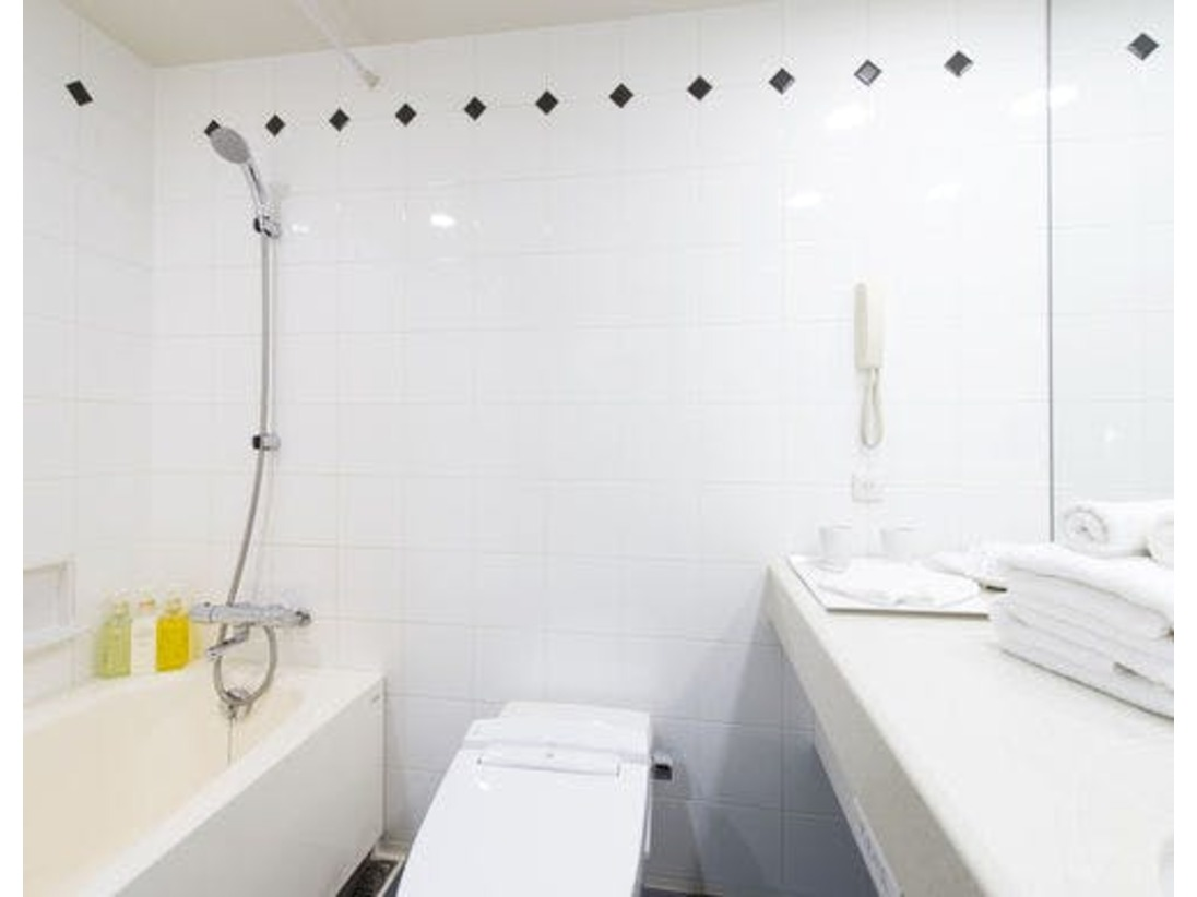 【バスルーム】広々とした浴槽でゆっくり疲れを癒せます。
