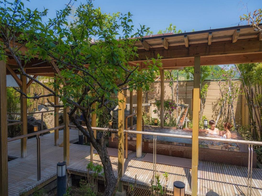 【季里の湯】女性ジャグジー「庭咲きの湯」。竹林と季節の木々が癒しの空間を演出。岩風呂・サウナも。