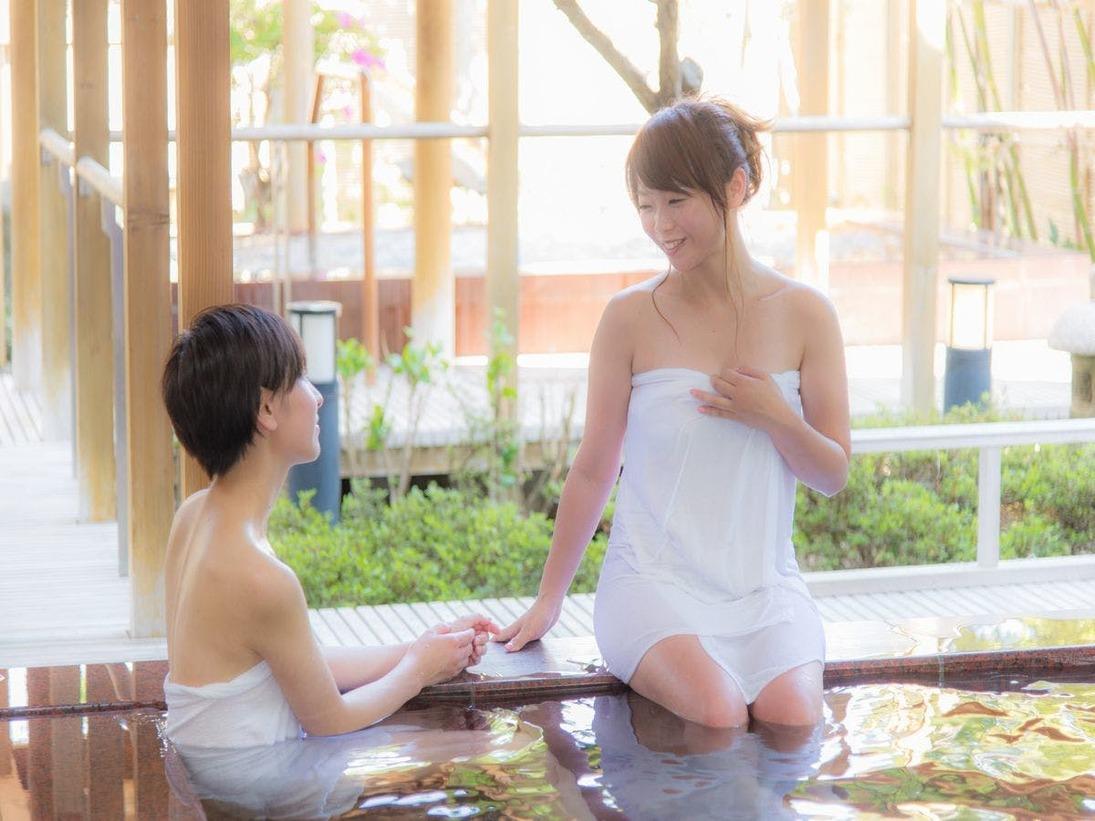 【季里の湯】女性内風呂「気楽な湯」。冬以外は窓を全て開け、開放感があります。