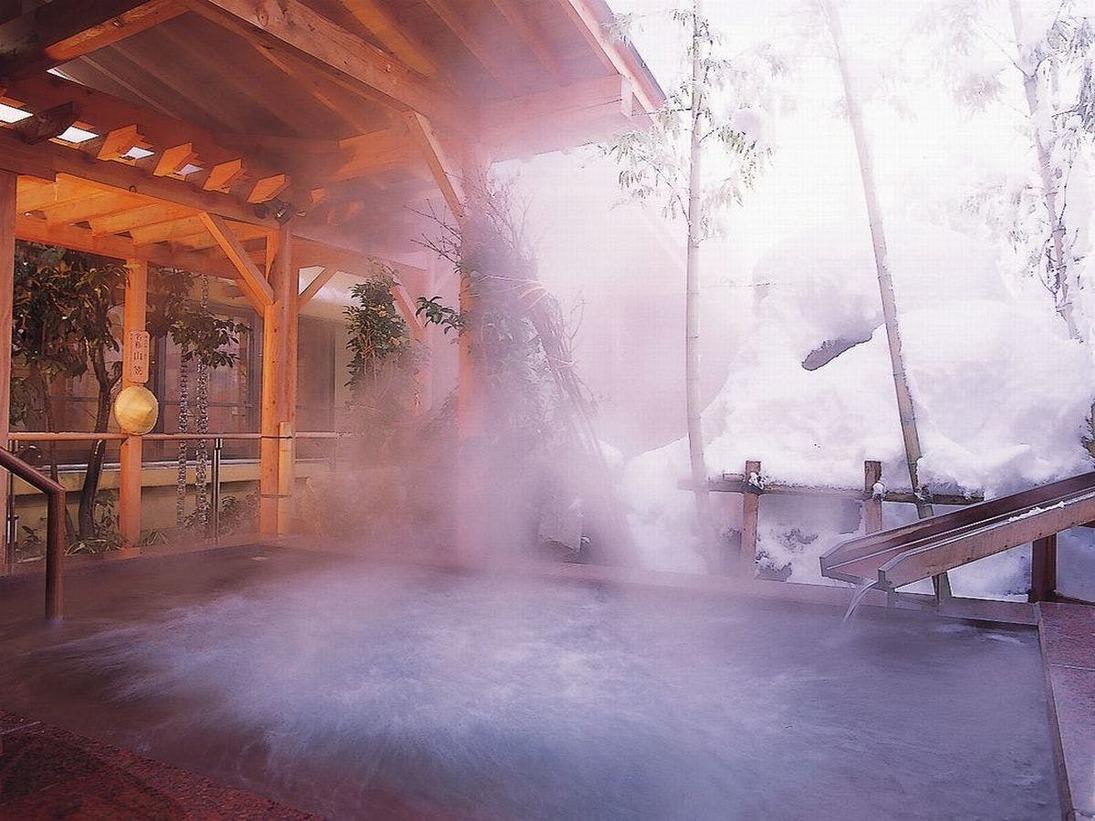 【冬の季里の湯】男性ジャグジー「泡風呂」。雪がたくさん降るときは笠をかぶってお入りいただけます。