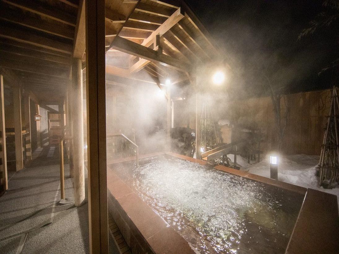 男性露天ジャグジー「泡風呂」。細かな気泡が疲れを癒します。