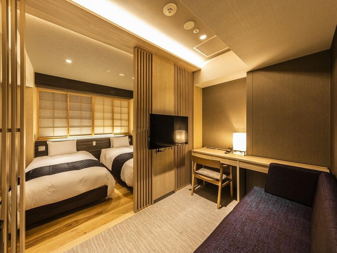 【ジャパニーズツインルーム】格子や障子風の内窓など、和のテイストを取り入れたツインルームです。落ち着いた雰囲気のお部屋で京都ステイをお楽しみくださいませ。