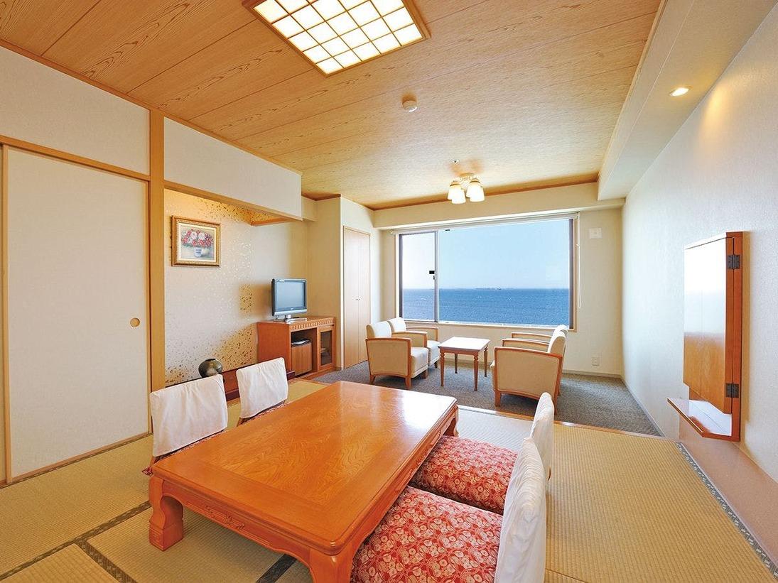 最大6名様定員の和洋室。ベットルーム8帖+和室8畳。全室海側にございます。