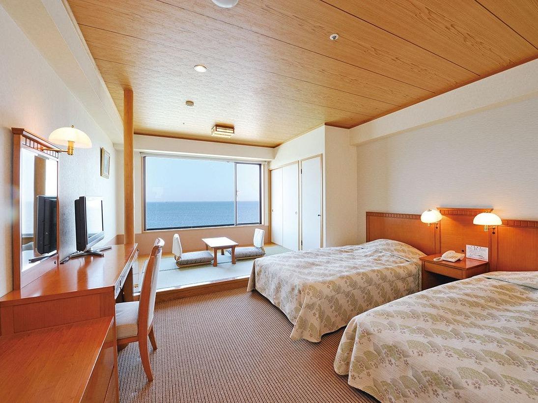 最大4名様定員の和洋室。ツインベット+和室4畳。全室海側にございます。
