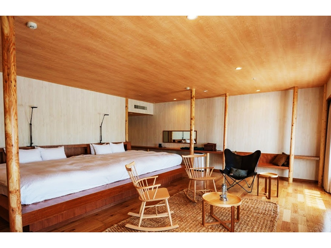 【GranRoom(グランルーム)】木の温もりを感じながら、ゆったりした時間を過ごせる3部屋だけの特別室。広々とした部屋には幅4mのワイドベッドをはじめロッキングチェア、ハンモックがあり、森の中のようにリラックスしてお過ごしいただけます。