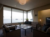 貴賓室リビング12.5畳の和室と6畳の和室、53平米のリビングとジャグジー付きお風呂、合計127平米のお部屋。海の蝶の中で、最も広い客室です。 室内の調度品、伊勢湾を見渡せる景色、そしてジャグジーバス、どれをとっても最高級。 洗礼された雰囲気を楽しめます。