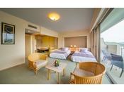 6畳の和室にツインベッドの洋室、バルコニーがついた合計61平米の和洋室。