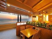 *【和食処 三日月亭 客席(一例)】夕陽を眺めるお席もございます。