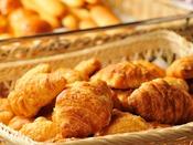 *【朝食バイキング(一例)】ホテル朝食にはかかせないクロワッサンもございます♪