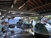 *【龍宮の湯:展望大浴場 外湯】屋根越しの海が美しい、岩組露天風呂「観月」。