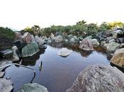 *【龍宮の湯:展望大浴場 外湯】とても大きな「石組大露天風呂」は、お客様の憩いの場です。