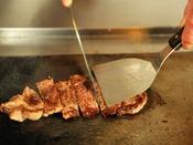 *【ディナーバイキング(一例)】大人気のステーキは、ライブキッチンでその場で焼き上げます