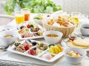 【朝食ブッフェ】和洋食約40種類。地元食材にこだわる朝食ブッフェ。朝の森林浴散策ツアーに参加した後の朝食・・・特に美味しくお召し上がりいただけます。