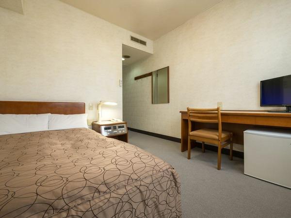 15平米の広さでセミダブルベッドです。
