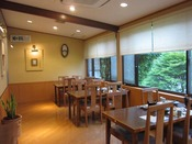 ≪日高川清流を眺めるレストラン≫大きな窓から見える景色が印象的です
