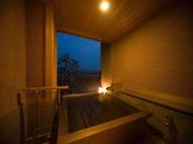 アルカリ性の温泉は石けんと同じ役割を果たすため、皮膚表面の古い角質をふやけさせて落としやすくし、肌をきれいにします。石けん効果とつるつるすべすべ感は、原鶴の弱アルカリ性の単純温泉も同じです。