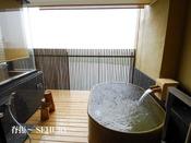 16畳の本間と独立した次の間を持つ、グループ様や2世帯・3世帯ファミリーに人気のお部屋です。6階の中では唯一ベッドルームがついております(キングスダウン社製)。また個性的な信楽焼の浴槽は、あたたかみのある人気のお風呂です。10畳+6畳+次の間8畳(寝室)
