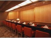 「や彦」内には天ぷらカウンターもあり、揚げたての天ぷらをお召し上がりいただけます。
