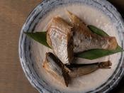 新潟県村上市笹川流れで水揚げされた魚を天日と潮風で干し、さらに高圧釜で加工。骨まで食べられます。