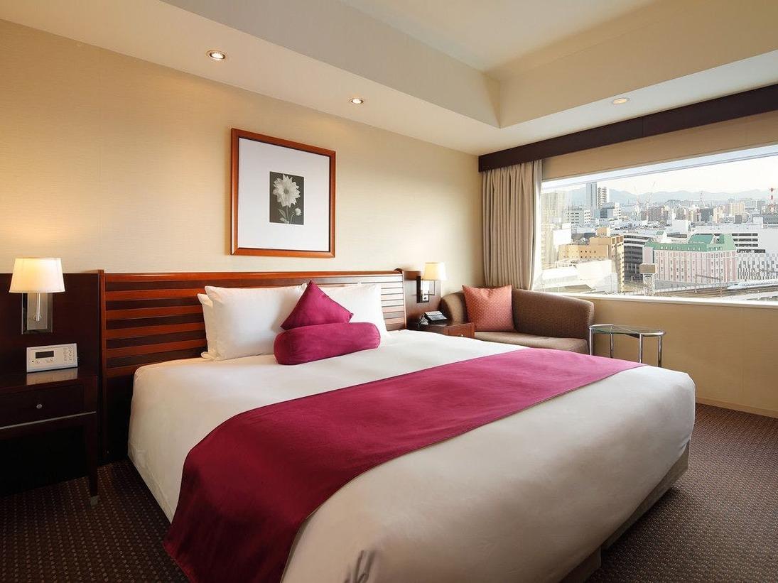 【プレミアムフロアダブル】25平米17,18階から岡山の景色をご堪能ください。プレミアムフロア専用のアメニティやラウンジにて専用メニューをご利用頂けます。220×200cmのキングサイズベッドで優雅なひと時を。