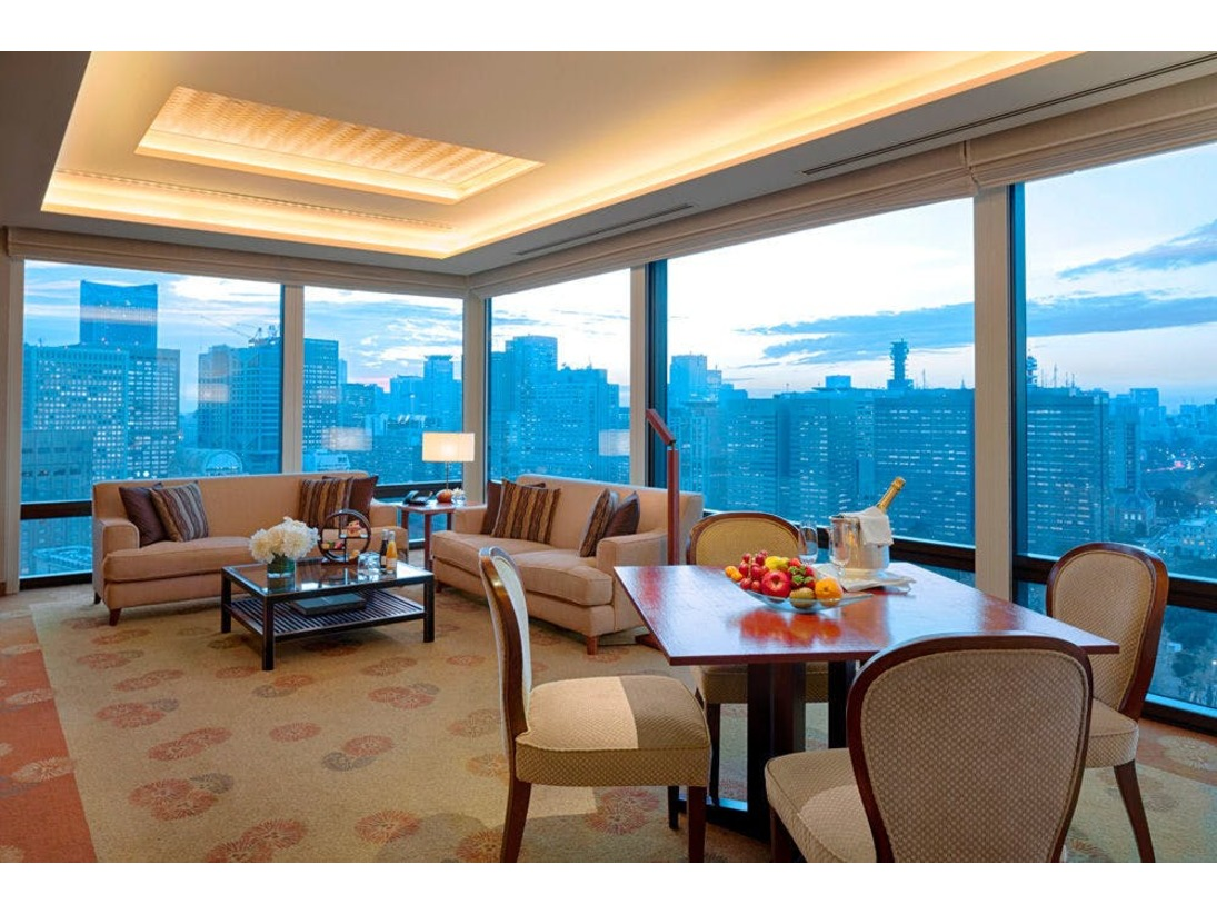 コーナーに位置するデラックススイートは、リビングルームの2面の大きな窓から望む皇居外苑や日比谷公園の眺望が印象的な人気のスイートルームです。