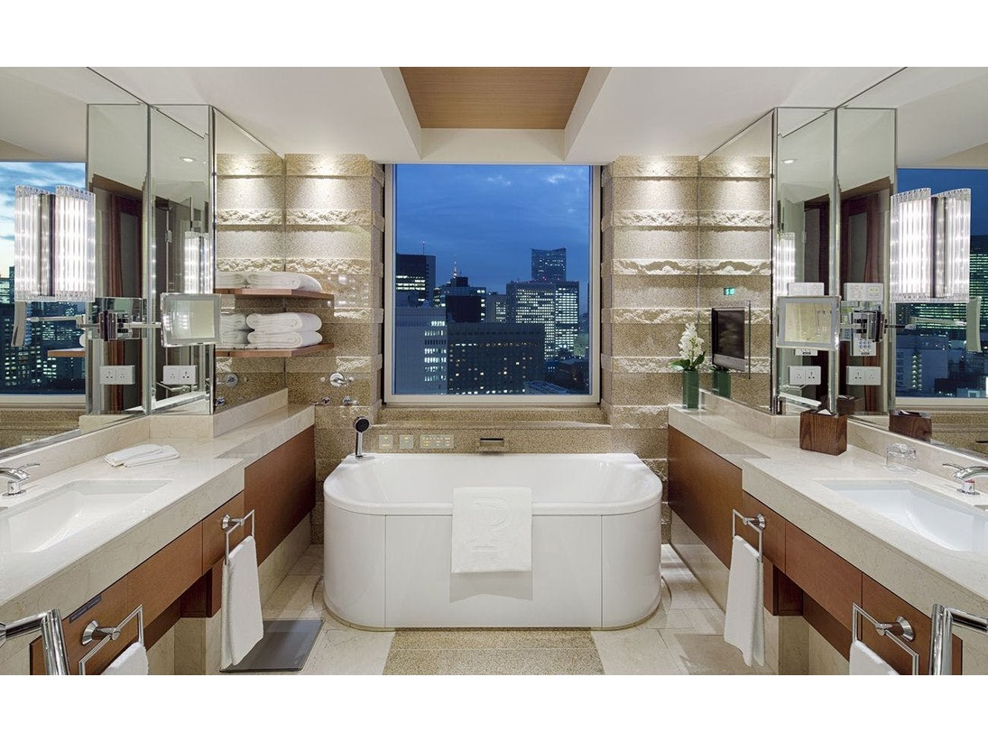 スイートルーム大理石張りのバスルームには洗面台(2ヶ所)、ムードライト、テレビ、バスタブ及びシャワーブースとトイレがございます。