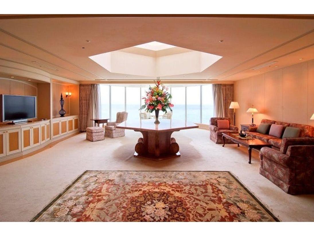 最上階中央に位置する広く豪華なロイヤルスイートルーム。壮大なスクリーンのように最上級の癒しを与えてくれます。会議室・2 階ロフトに加えてツインベッド2室にダブルベッド1室をご用意。またリビングルームも完備しております。