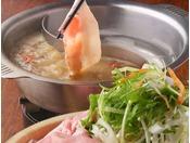 厳選素材を用いたこだわりのしゃぶしゃぶ。肉や野菜の本来の美味しさを、お好みのスープとともにお楽しみください。