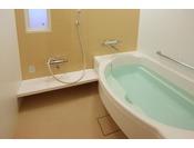 お部屋のバスルームは全室洗い場付き。足を伸ばしてゆっくりとおくつろぎ下さい。