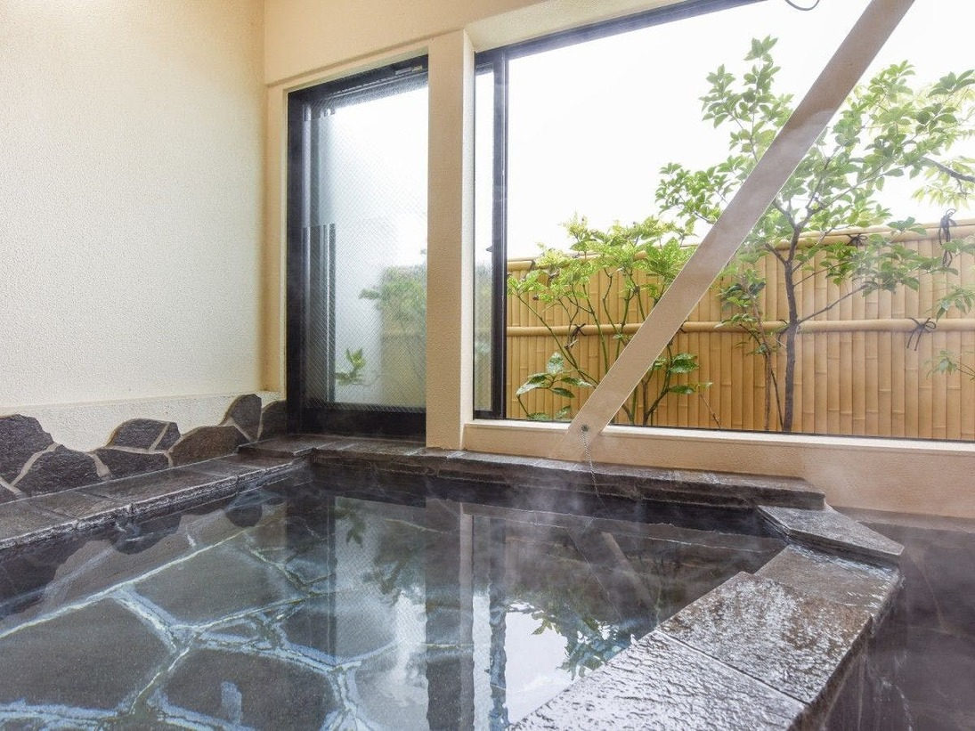 *客室の半露天風呂(一例)。お部屋ごとに違う浴槽。どのお部屋になるかお楽しみに!