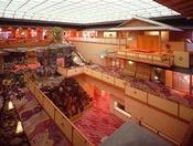 館内には滝が流れる三層吹き抜けの「アトリウム和風庭園」がございます。