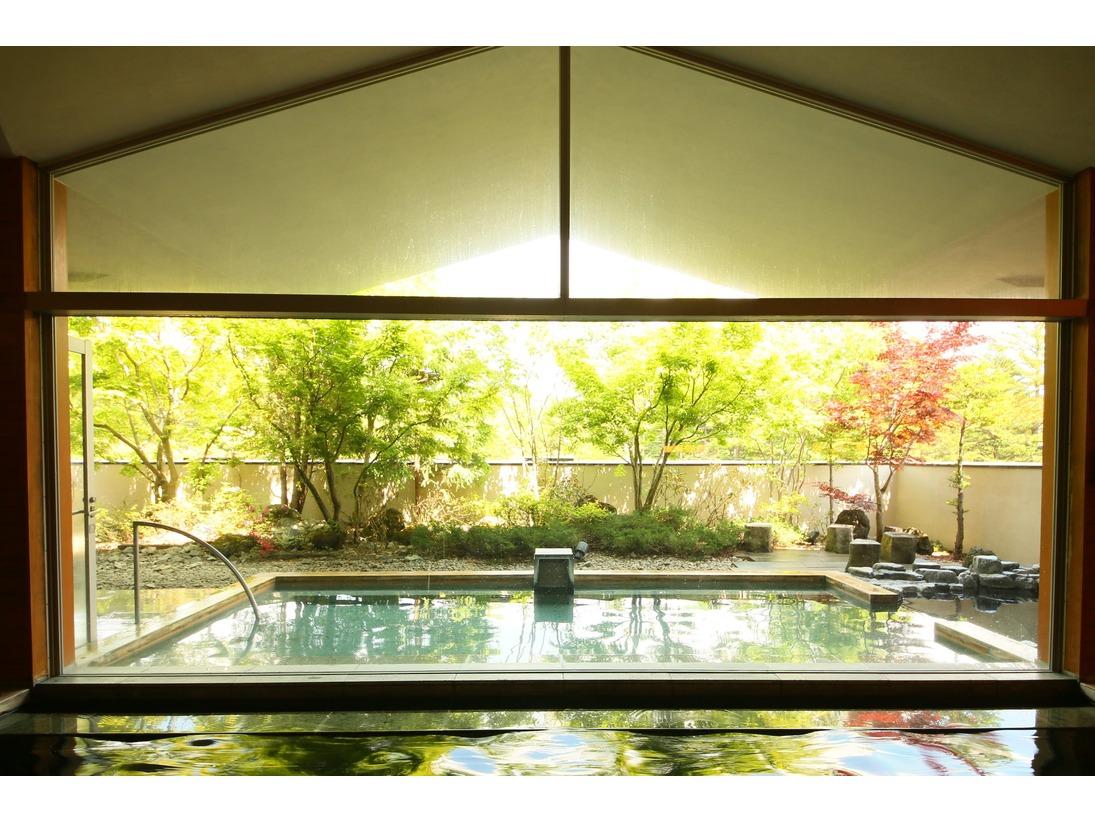 2つの内風呂と露天風呂で日頃の疲れを癒してください
