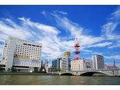 ホテルオークラ新潟は日本最大河川「信濃川」のすぐそば、「萬代橋(ばんだいばし)」の袂に位置しております。