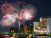 新潟花火とホテルオークラ新潟(客室からは花火をご覧いただけません)