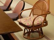 お座敷でも楽な姿勢でお過ごし頂ける回転高座椅子(※無料貸出)