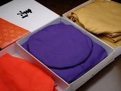 長寿のお祝いに欠かせない【ちゃんちゃんこ】。ご年齢によって赤・紫・黄色の3種類をご用意しております。