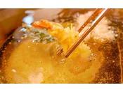 ライブキッチンコーナーにて揚げたてサクサクの天ぷらを召し上がれ!