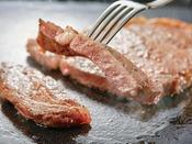 ライブキッチンコーナーにて焼きたてのステーキを召し上がれ!(調味牛脂を注入した加工肉です)