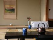 【客室イメージ】 季節の花を設えた落ち着きある和の空間で、ゆっくりとした安らぎの時間を。