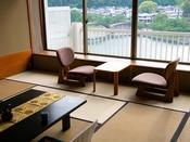 【錦帯橋側◆貴賓室】[和室] 左には錦帯橋、右には岩国の城下町が。ライトアップされた夜の風景も◎