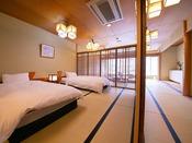 【錦帯橋側◆和室 20畳】 当館唯一のベッド付和室。透け感のある格子戸が、涼しげに広さを演出します