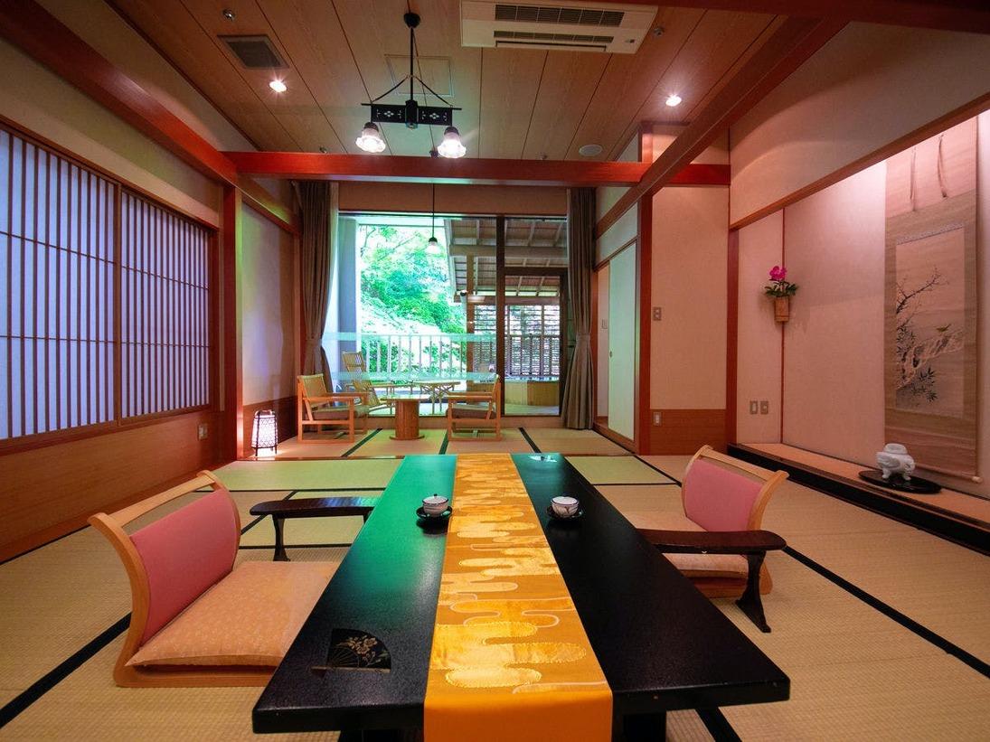 【露天風呂付客室】[和室] 窓の向こうはプライベートな時間を覆い隠すような山の緑。